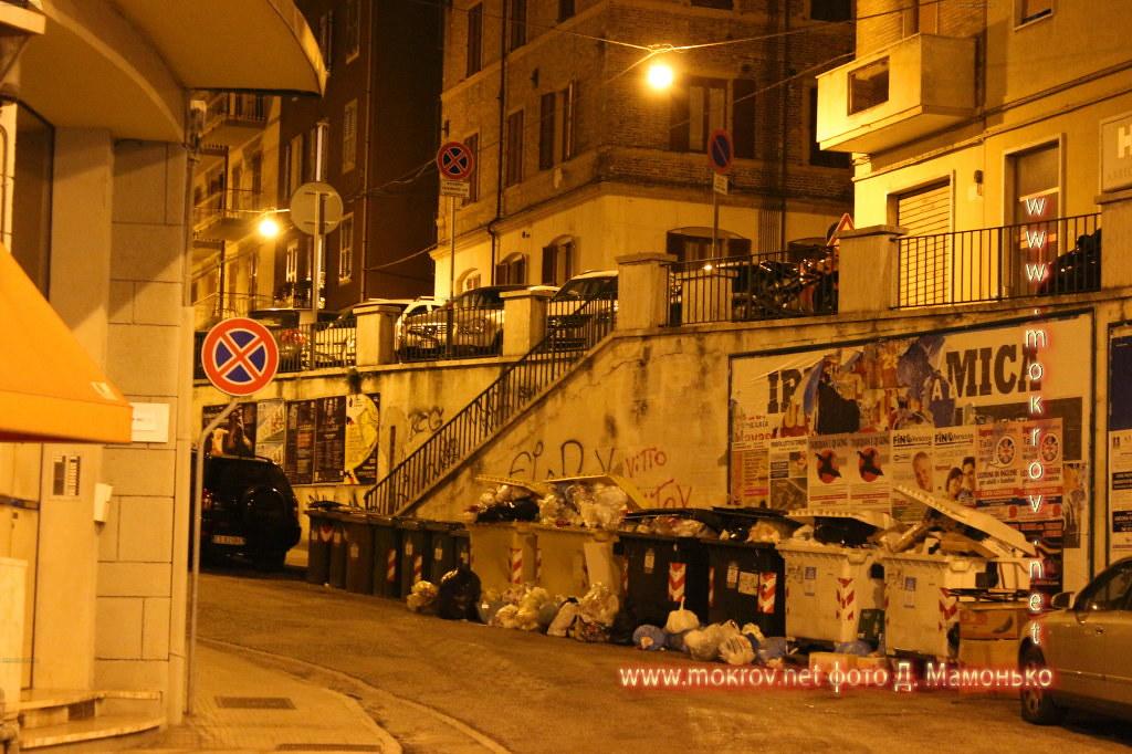 Исторический центр Анкона — город-порт в Италии днем и вечером фотографии