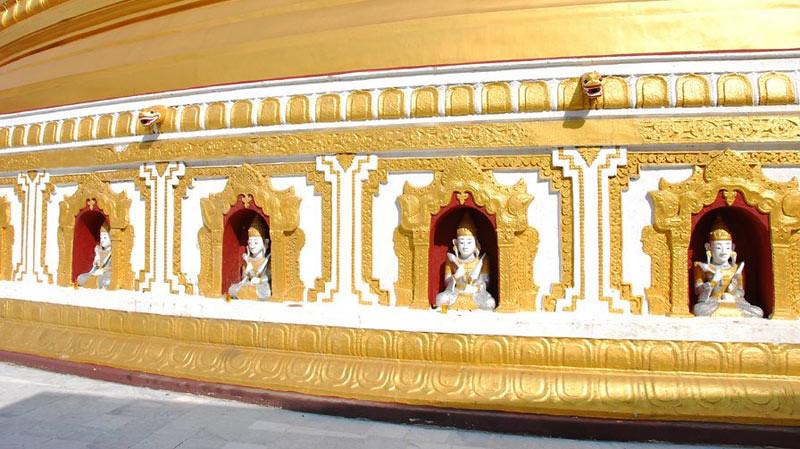 Bagian bawah Stupa Kaunghmudaw, Sagaing, Myanmar.