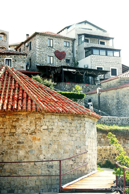 Здания у крепостных стен в нижней части города