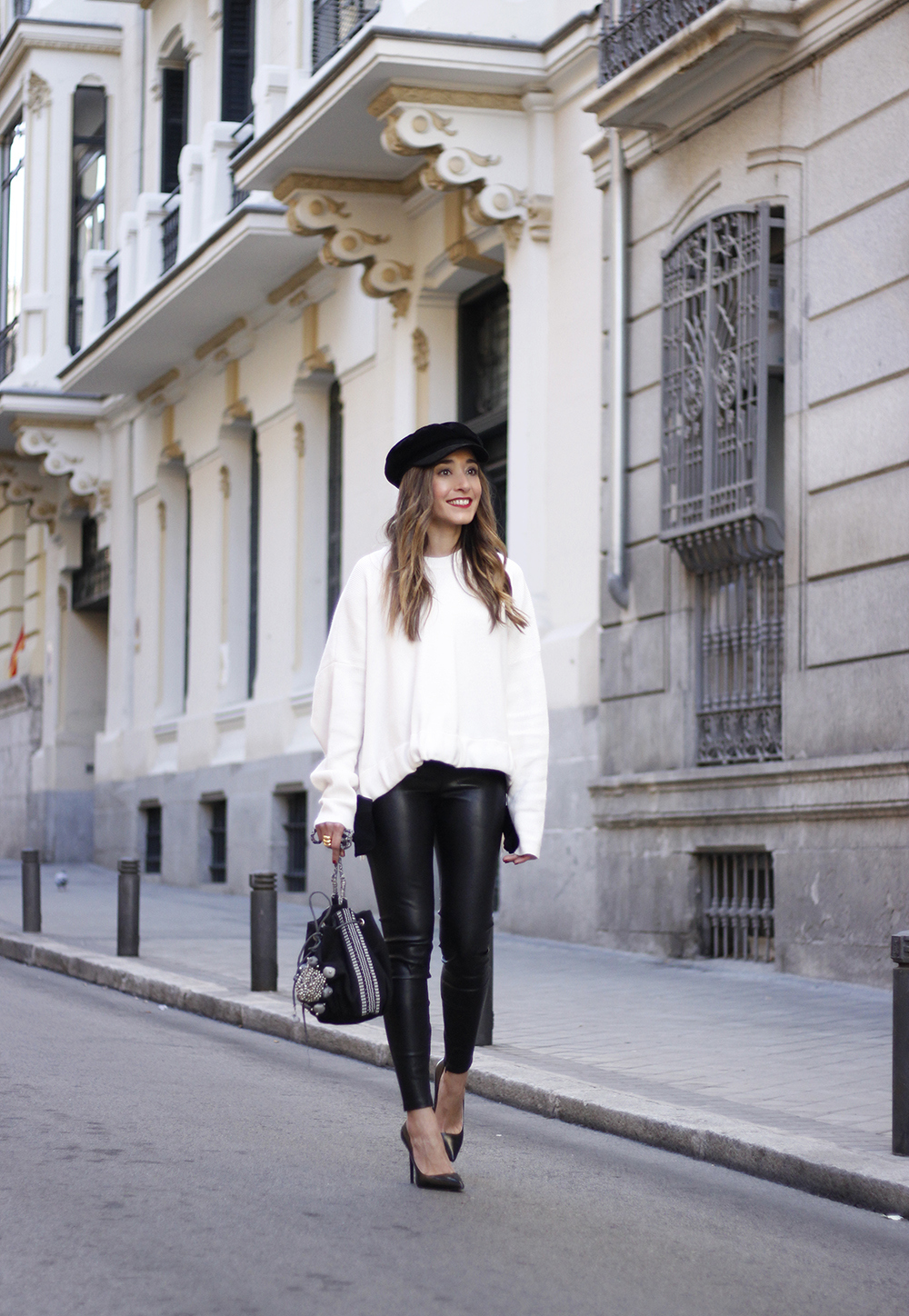 white sweater black leatherette pants sailor cap fall outfit trend tendencias otoño04