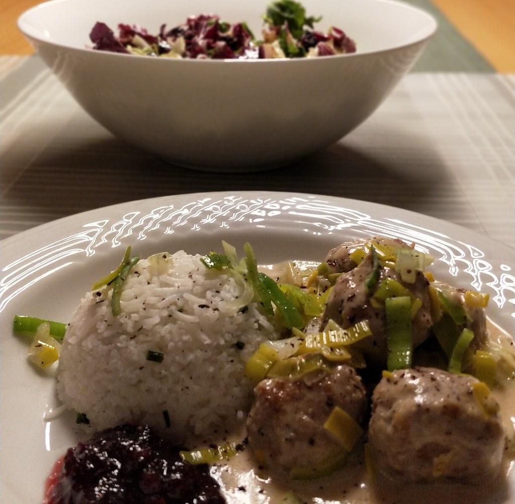 Fleischbällchen in Lauchsauce mit Reis und Preiselbeeren
