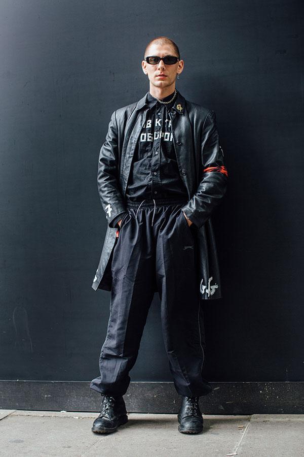 黒レザーコート×黒シャツ×プーマ黒トラックパンツ×黒レースアップブーツ