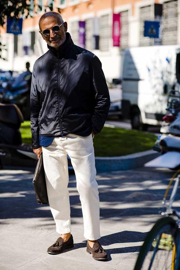 黒ナイロンブルソン×白パンツ×ブラウンスエードタッセルローファー