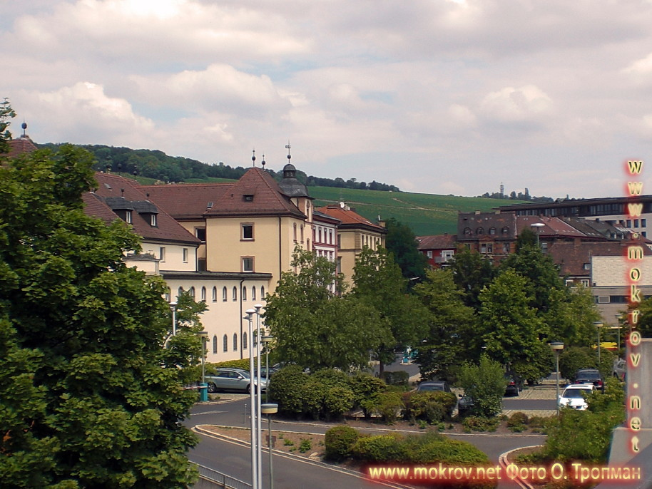 Исторический центр Вюрцбурга с фотоаппаратом прогулки туристов