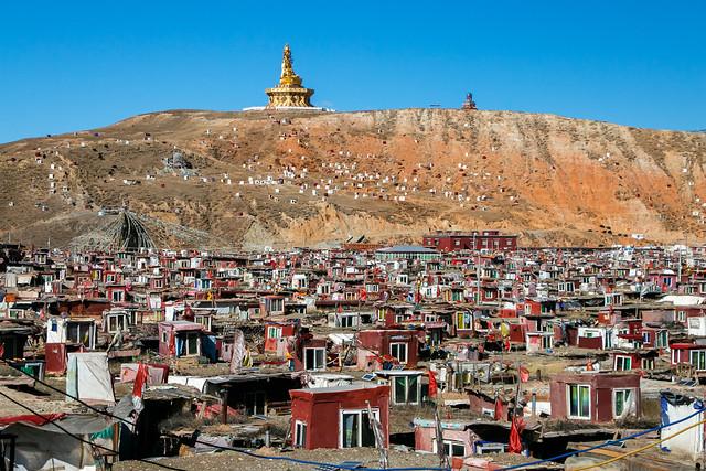 Statue of Padmasaṃbha view from residential area of Yarchen Gar アチェンガルゴンパ 尼僧居住エリアから見るグル・リンポチェ像