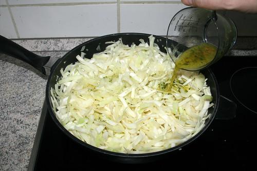 55 - Mit Gemüsebrühe ablöschen / Deglaze with vegetable broth