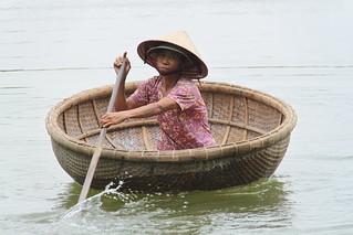 vietnam-hoi-an-rowing-a-basket-boat_18385243522_o
