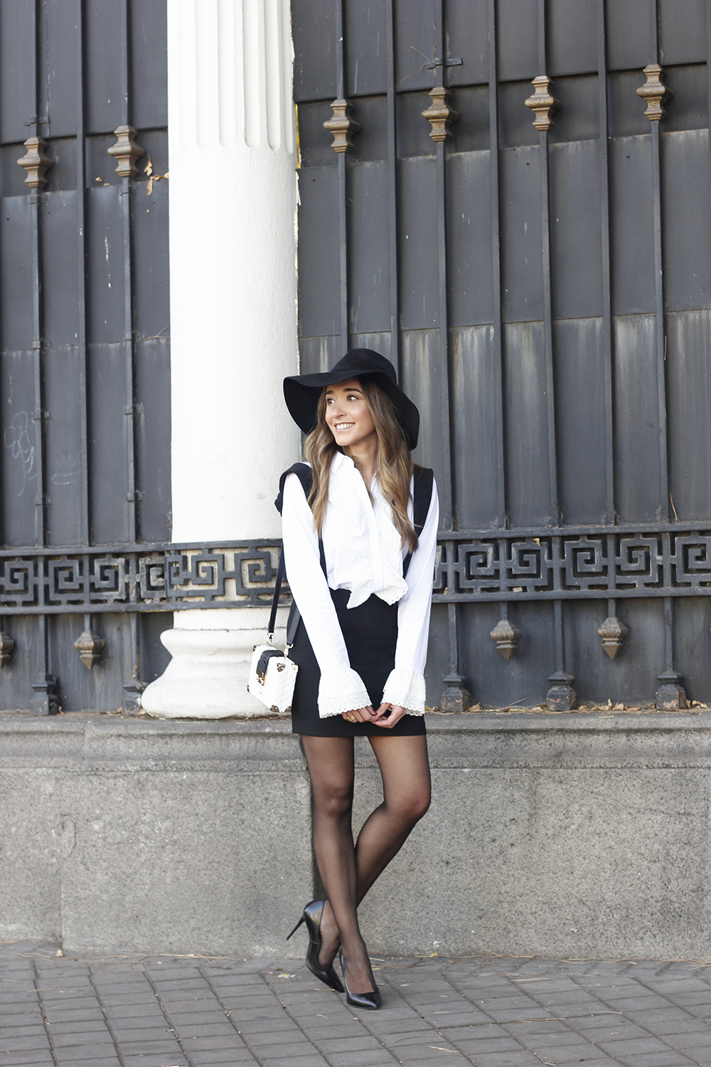 black skirt white shirt black and white outfit trend inspiration hat style fall look blanco y negro04