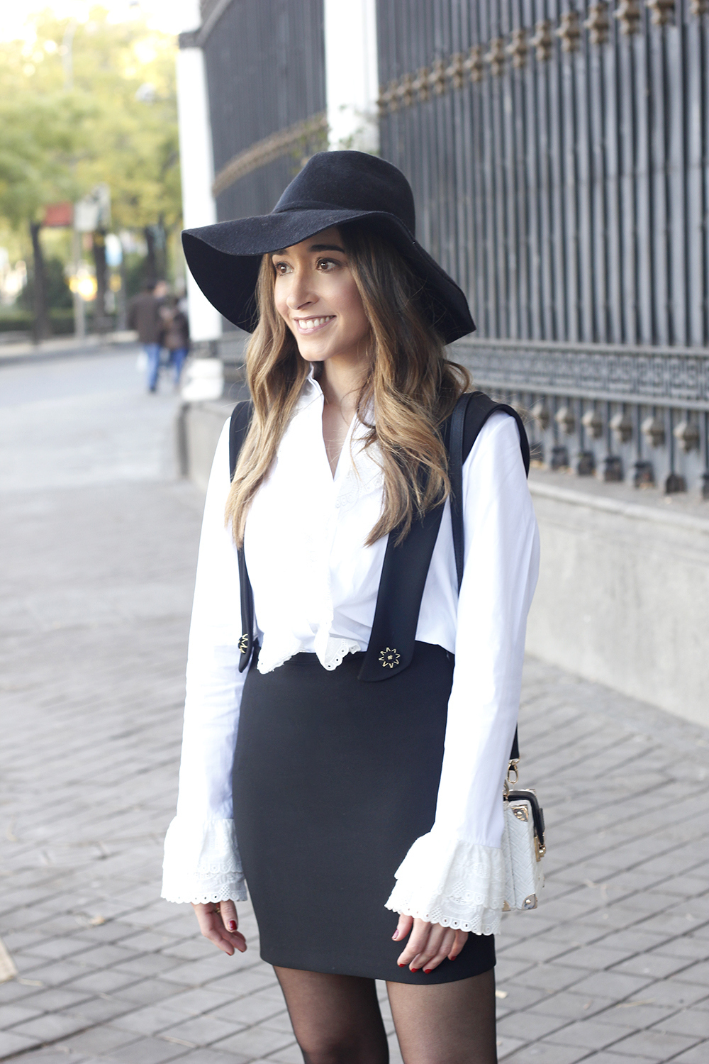 black skirt white shirt black and white outfit trend inspiration hat style fall look blanco y negro14