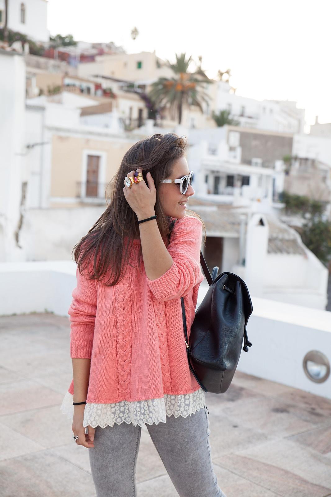 como combinar jersey de punto rosa theguestgirl influencer ibiza spain barcelona jersey invierno rosa pantalones gris y mochila negra