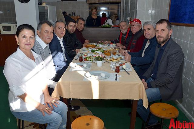 Konyalılar ve Karamanlılar Derneği Kadın Kolları Başkanı Hülya Şen ve Dernek Başkanı Hüseyin Şahin katılımcılarla birlikte poz verdi.