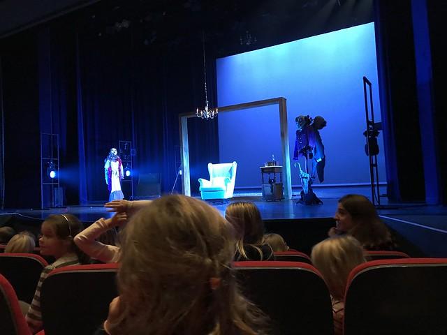 1ste en 2de leerjaar naar toneelvoorstelling 'Achter de spiegel'