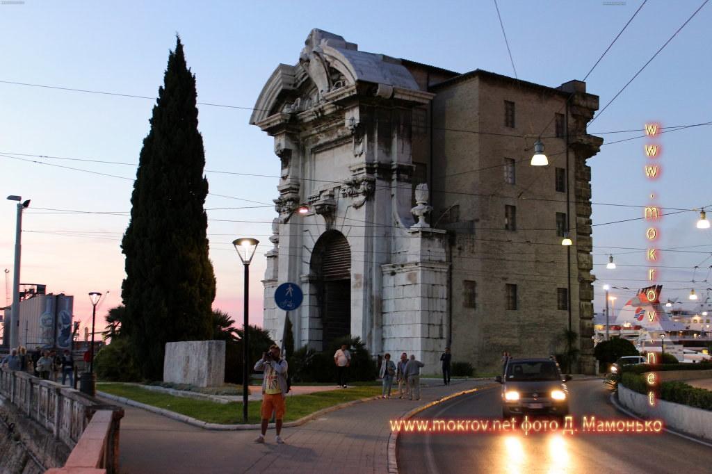 Анкона — город-порт в Италии  прогулки туристов с Фотоаппаратом