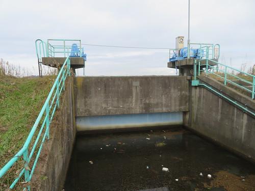 金沢競馬場の裏の河北潟の水門