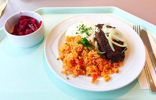 Bifteki with fresh onions, tzatziki & tomato rice / Bifteki mit frischen Zwiebeln, Tzatziki & Djuvecreis