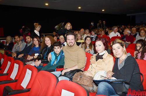 Yasin Kınay ve Diksiyon Kursu öğrencileri Albüm için poz verdi.