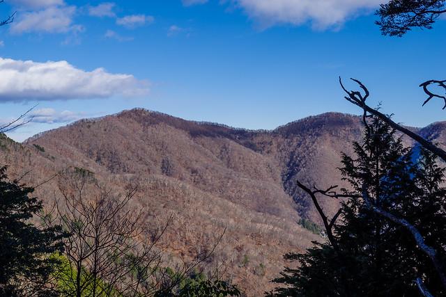 ウトウの頭山頂から急斜面を下り酉谷山を展望