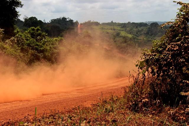 Sob a poeira da estrada, que se aproxima da bacia do Tapajós, o solo é rico em metais preciosos - Créditos: Daniel Giovanaz