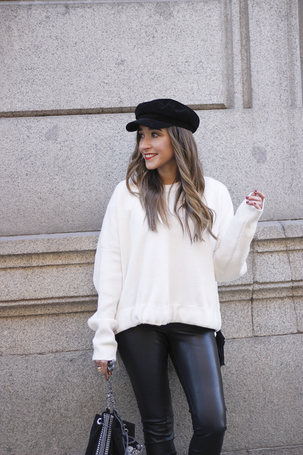 white sweater black leatherette pants sailor cap fall outfit trend tendencias otoño11