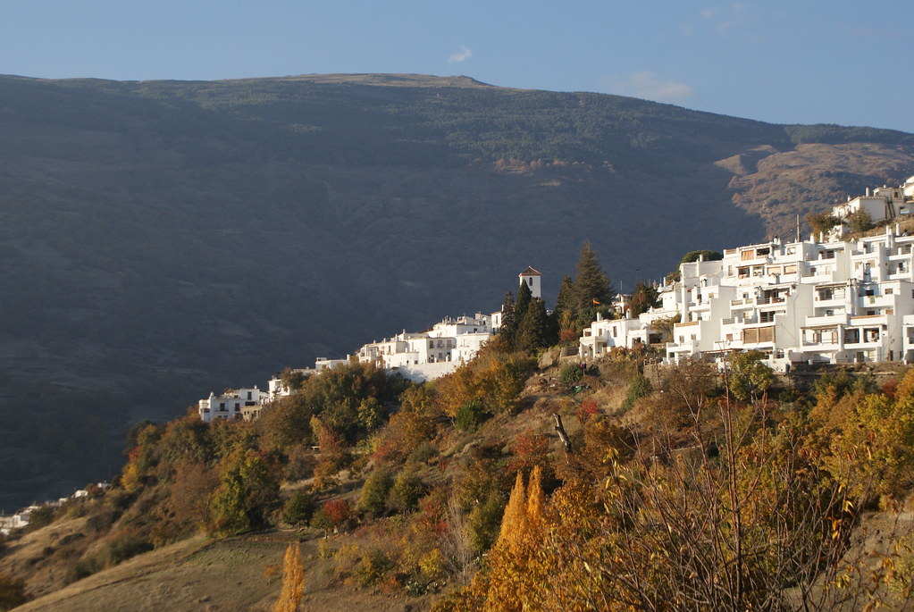 Vue sur le village de Capileira dans la Sierra Nevada en automne.