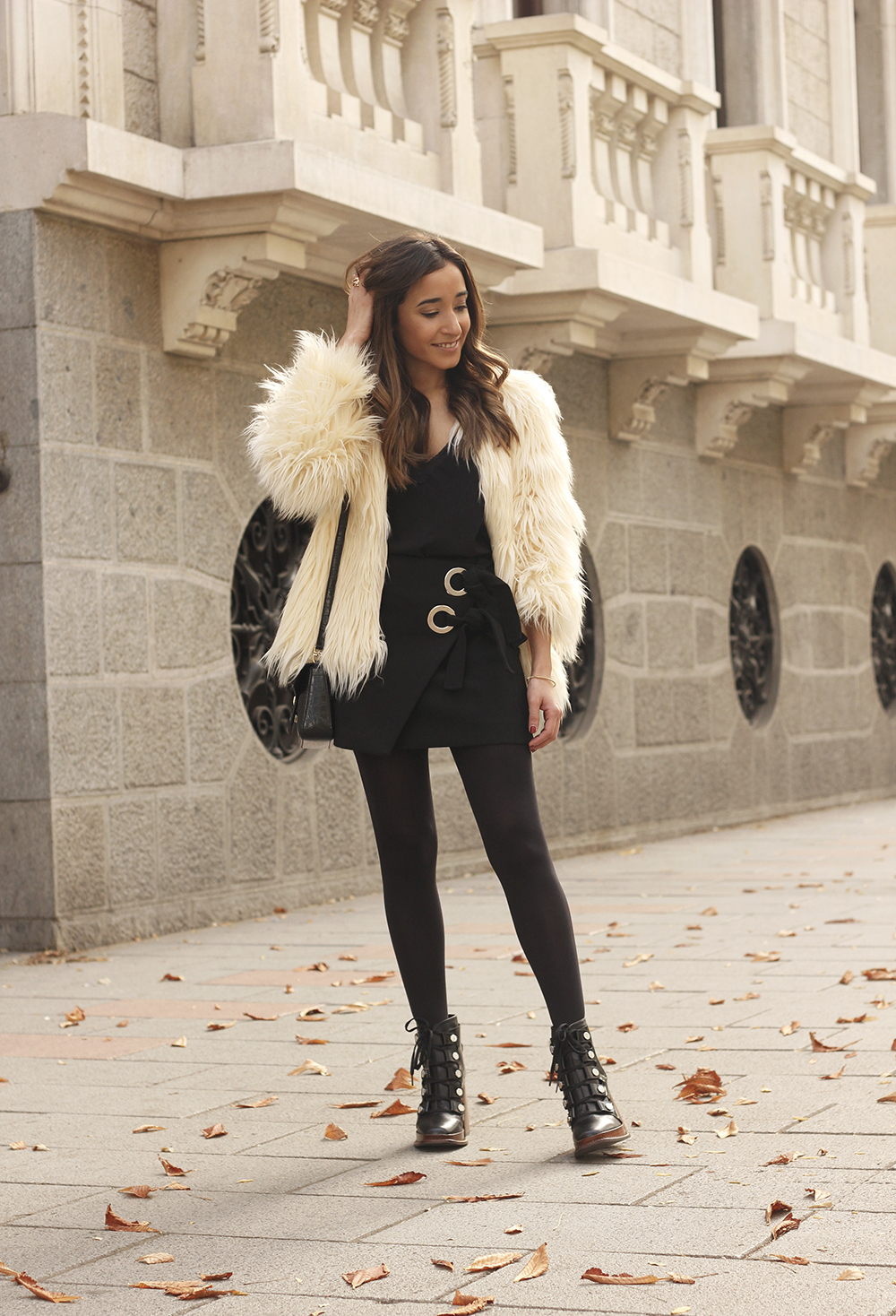 faux fur white coat black skirt military boots fall outfit street style01