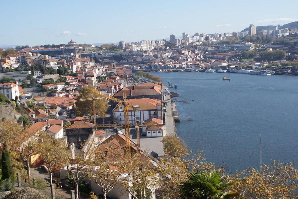 Vue un peu penchée sur le Douro et sur porto depuis le parc.