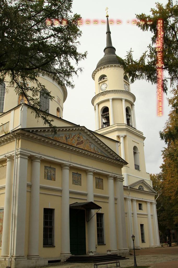 Сердцем является Свято-Троицкий кафедральный собор, стоящий в историческом центре города Калуги.