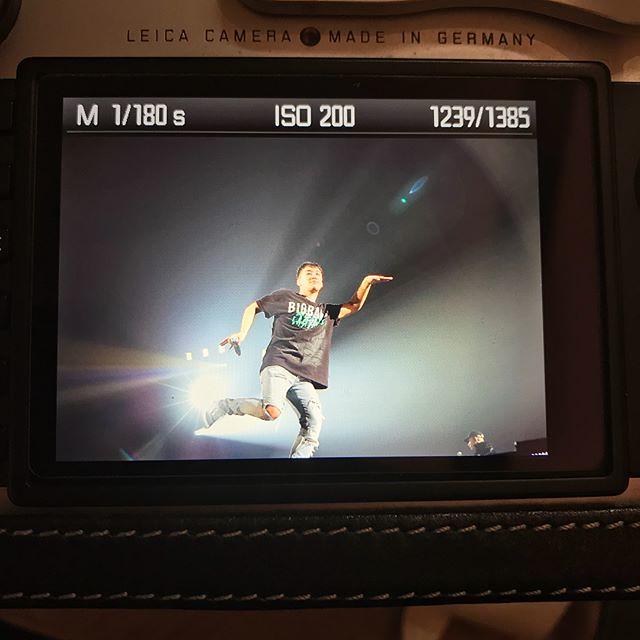 [Instagram] leica (leica__leica) ん〜来てる事は内緒で、 挨拶もしてませんが、 やはり、この男は違うね👍 私に気がつくと、手を振り、 カメラ目線卍に、指差しまで、 サービス精神がハンパない👍 ラーメン🍜もすぐに売切れて、全て順風満帆! カメラの液晶だから、ちゃんとしたのは次回に上げますね、 皆さん待ってると思いますが、お待ち下さい。 2年分は撮り溜めしてます #BIGBANGJAPAND 2017-11-24