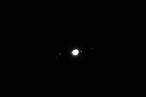 Jupiter mit den vier Galileischen Monden (von links nach rechts: Callisto, Ganymed, Jupiter, Io und Europa)