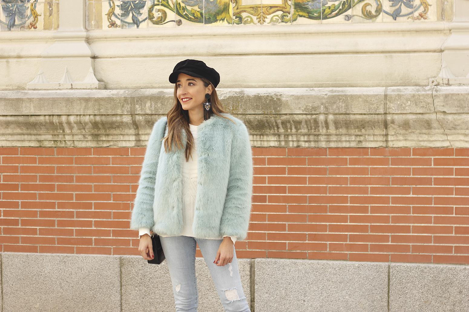 blue light faux fur coat navy cap ripped jeans zara tiger uterqüe earrings outfit street style07