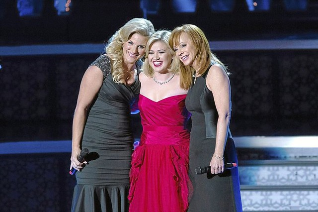 kelly-clarkson-celebrates-christmas-with-trisha-yearwood-and-reba-mcentire-in-silent-night