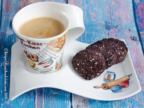 Kokos-Schokoladen-Plätzchen mit Kaffeetasse