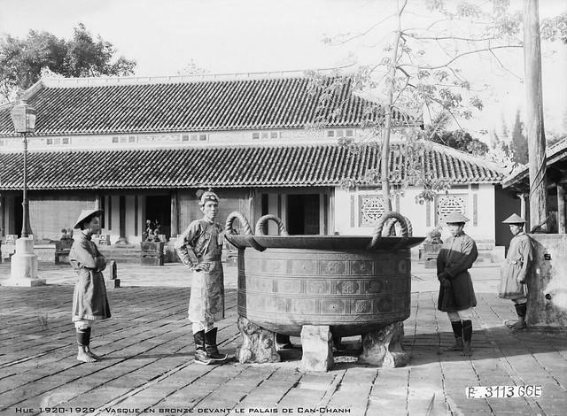 Huế 1920-1929 - Vasque en bronze deviant le palais de Can-Chanh
