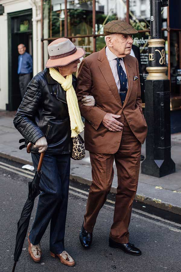 ベージュハンチング×ブラウンスーツ×ストライプシャツ×ネイビー小紋ネクタイ×黒オックスフォードシューズ
