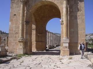 Jerash (Gerasa), Nordtetrapylon am Cardo Maximus mit Doppelsäulen und Pflasterung über Abwasserkanal