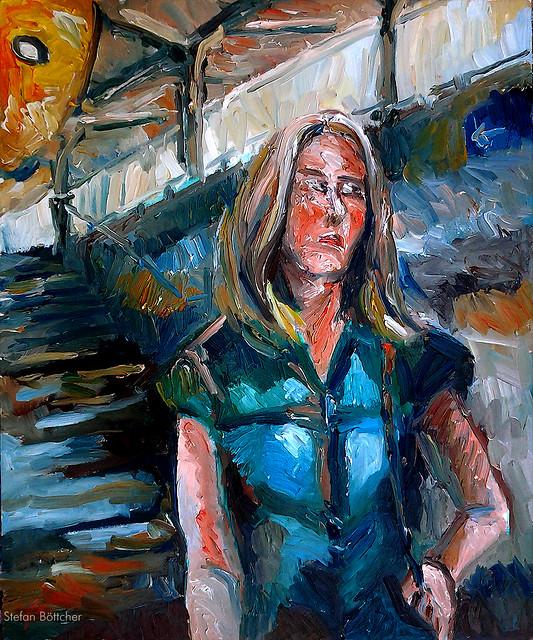 Frau vor Bahnhofstreppe