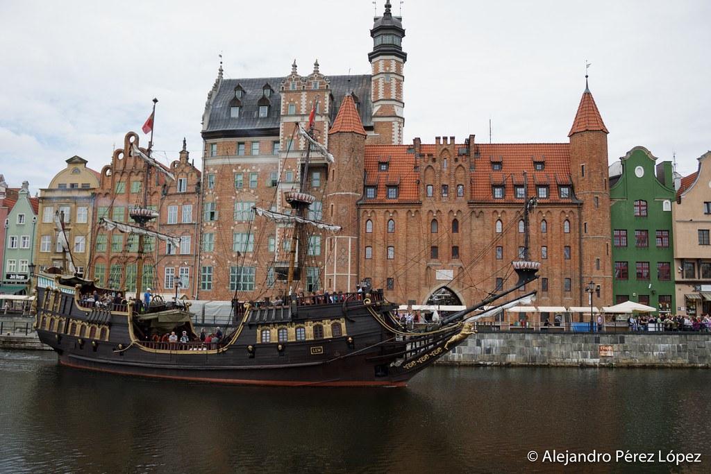 Barco turístico con aspecto de goleta en Gdansk