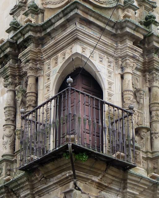 Fenêtre et balcon d'angle, Palacio del Marqués de la Conquista (XVIe), Plaza Mayor, Trujillo, province de Caceres, Estrémadure, Espagne.