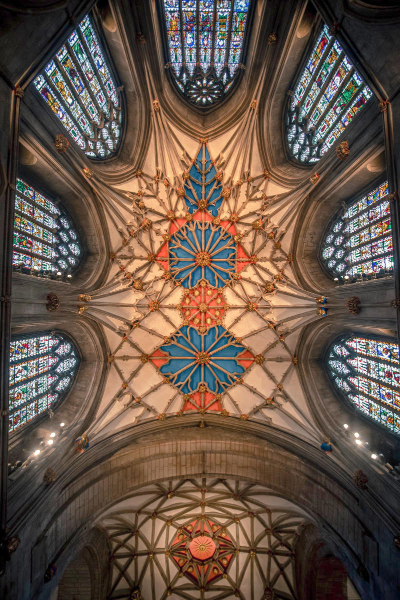 The decorated ceiling of Tewkesbury Abbey directly above the choir and altar. Credt Bs0u10e01