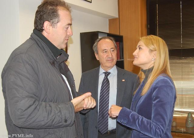 El presidente de CONFAES, Juan Manuel Gómez, departe con Amparo Sanz Albornos, Directora General de Trabajo de la Junta de Castilla y León en presencia de Jesús Juanes Galindo, Presidente de Cruz Roja en Salamanca.