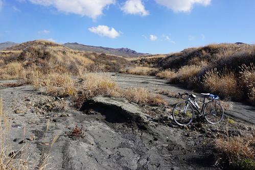 ちょっと点線の道にいけば火山灰の上を走れる