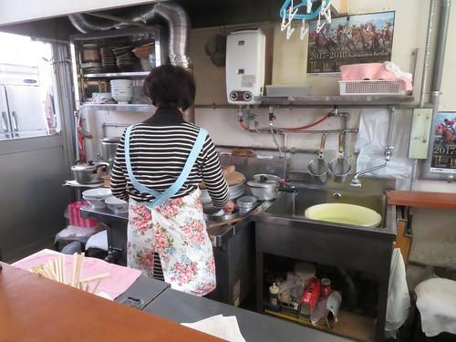金沢競馬場のよこやまの厨房