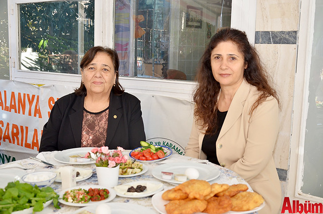 Kahvaltıya CHP İlçe Örgütü adına katılan Neriman Aras ve Perihan Tığlı