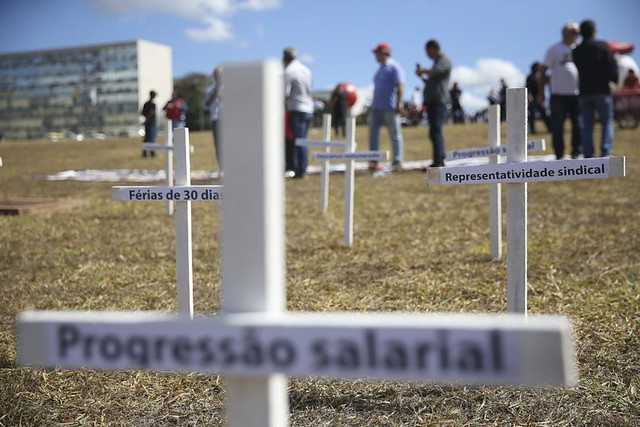 "Editorial | ""Reforma trabalhista"" beneficia apenas entidades patronais"
