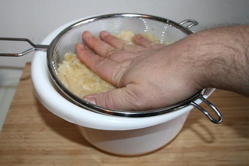 19 - Sauerkraut gründlich ausdrücken / Squeeze sourcrout