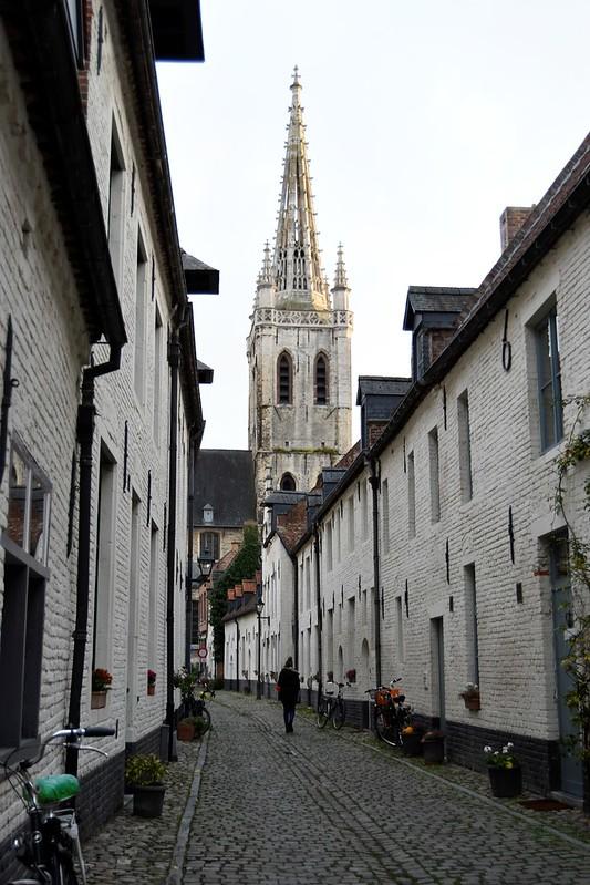 Vistas de la torre de la iglesia desde el Klein Begijnhof Abadía de Santa Gertrudis y Klein Begijnhof: paz y tranquilidad - 38267159294 32f306103c c - Abadía de Santa Gertrudis y Klein Begijnhof: paz y tranquilidad