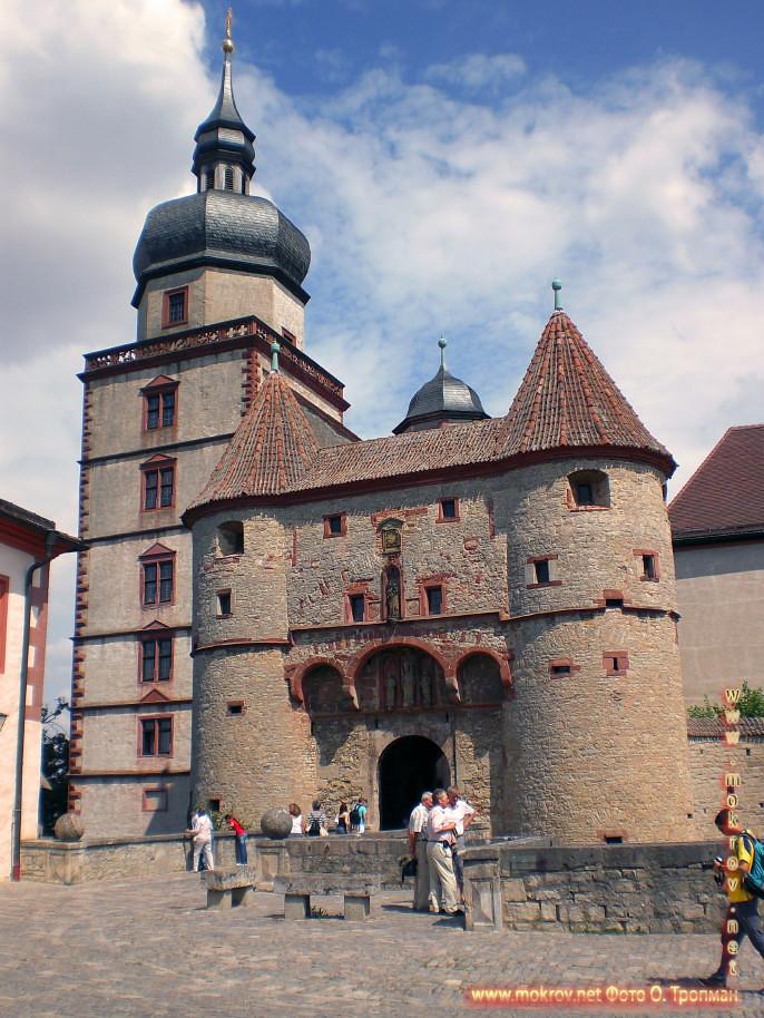 Город Вюрцбург с фотокамерой прогулки туристов