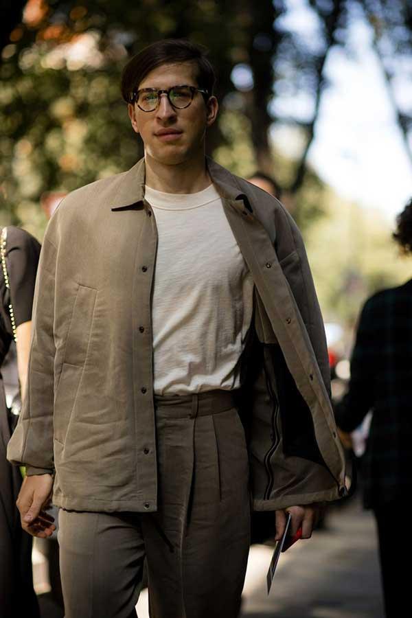ライトブラウンワークジャケット×アイボリーTシャツ×ライトブラウンタックパンツ