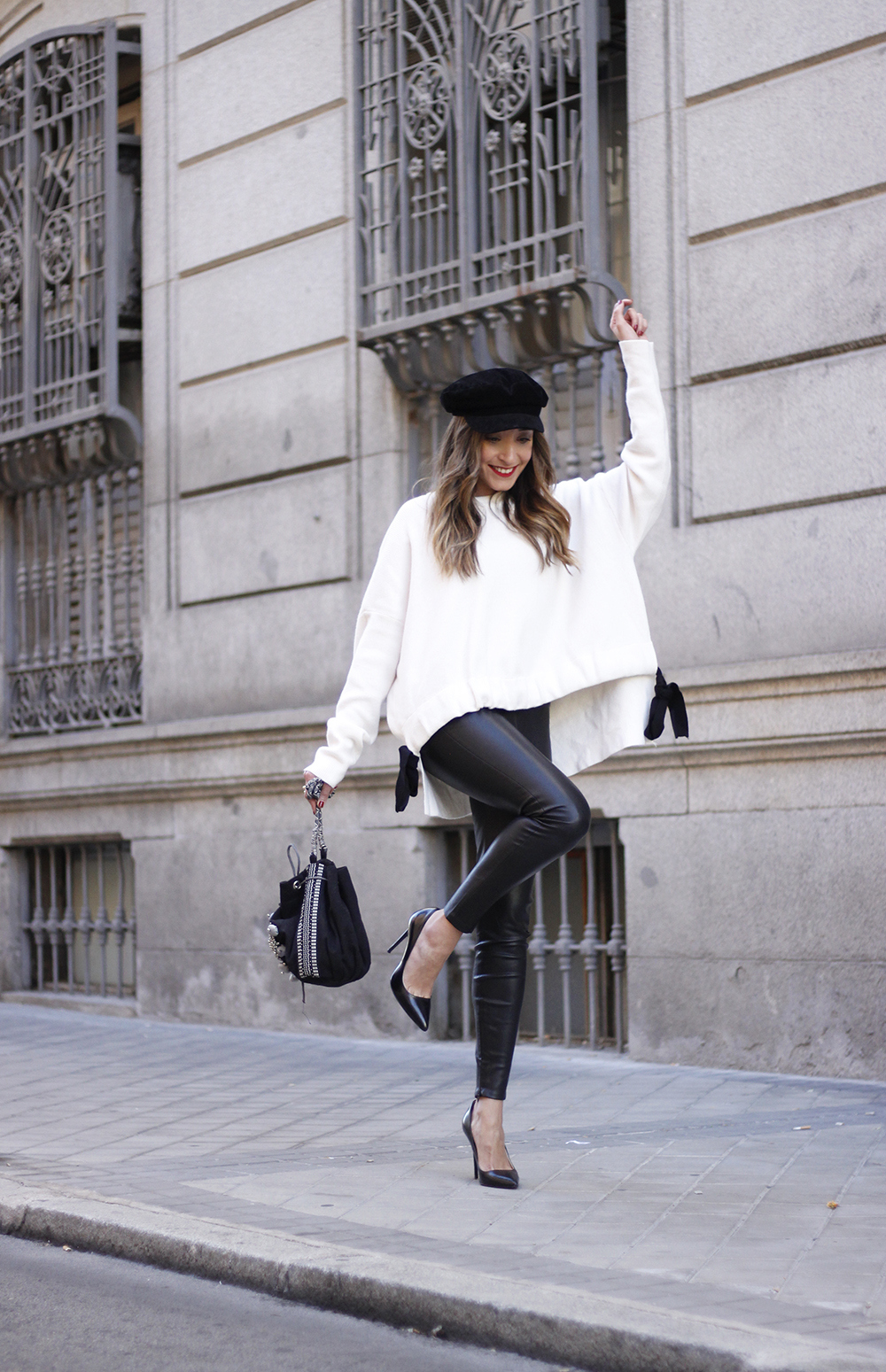 white sweater black leatherette pants sailor cap fall outfit trend tendencias otoño10