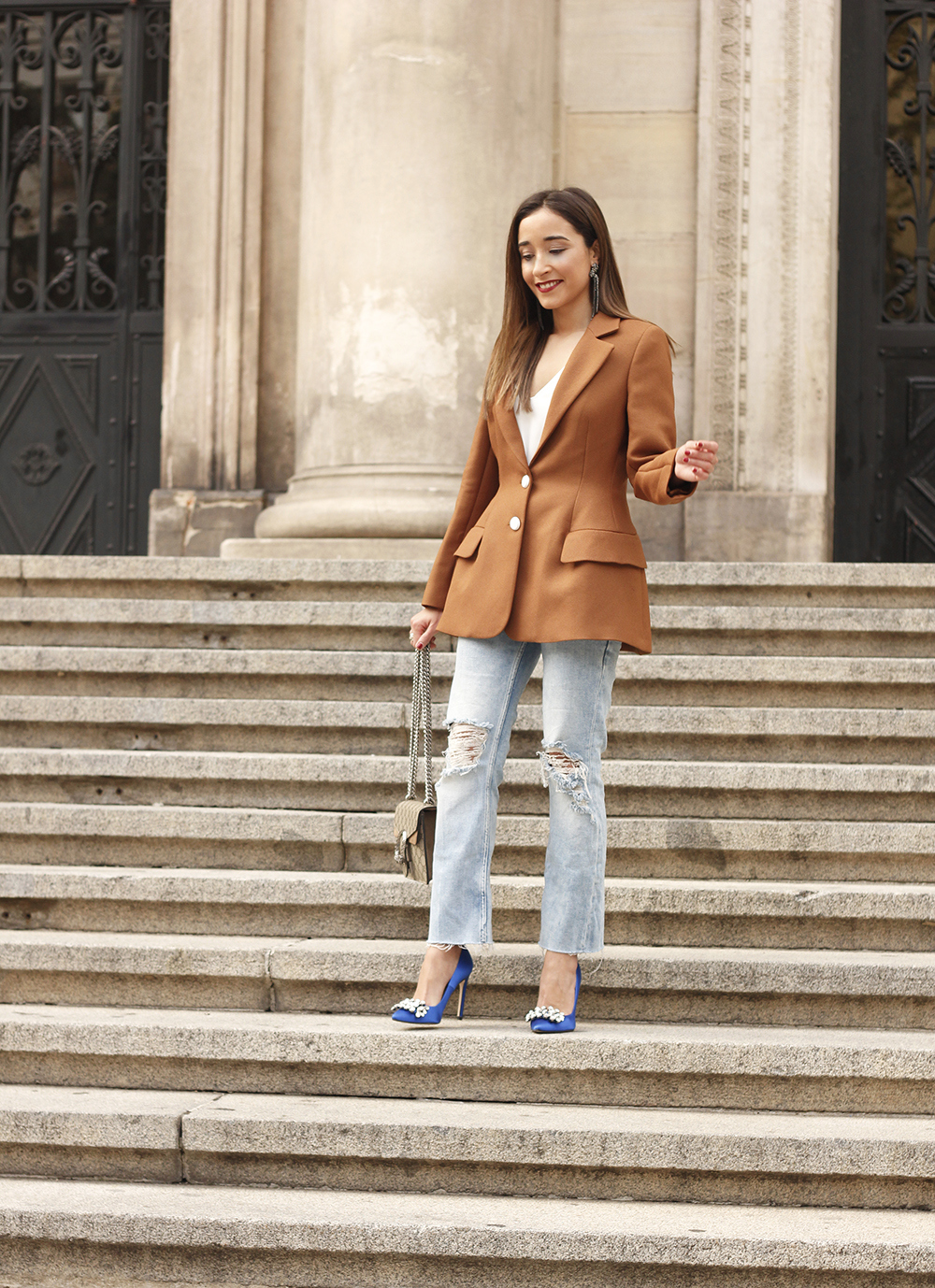 brown blazer uterqüe ripped jeans blue heels gucci bas fall outfit07